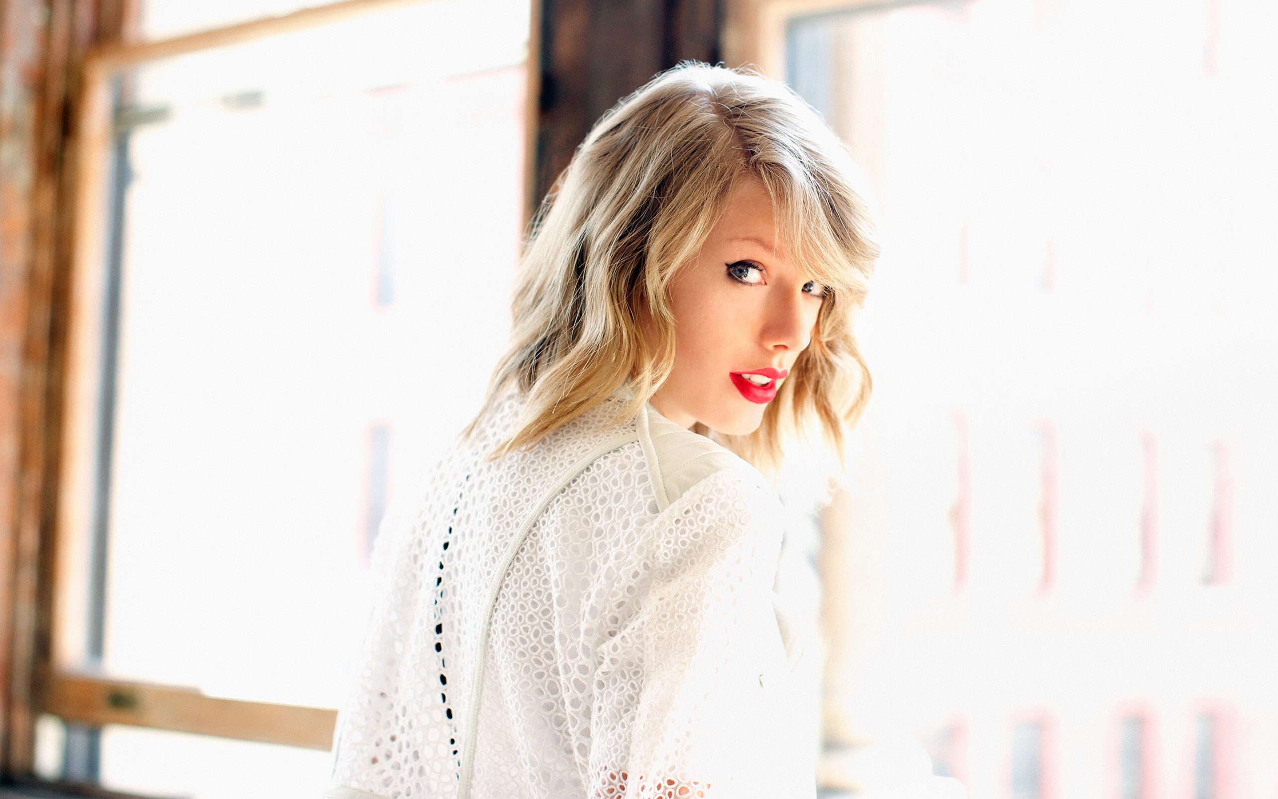 Taylor swift red lipstick look scaled